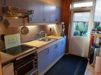 De dichte keuken heeft een wandopstelling en is voorzien van een keramische kookplaat en een afzuigkap.<BR>Via een tuindeur is er toegang tot de achtertuin.