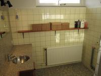 De doucheruimte is gesitueerd aan de voorkant van het huis en beschikt naast een douche over een wastafelcombinatie.<BR>Het geheel is functioneel en netjes.