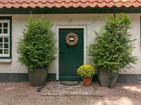 """Indeling: <BR>Gekozen is om de authentieke voordeur te behouden echter zult u merken dat u als vanzelf """"achterom"""" zult gaan. Binnenkomen doet u dan in de entree - bijkeuken waar u de , garderobe, meterkast, het stofzuigsysteem en het toilet treft. Het toilet en deze entree zijn voorzien van een plavuizen vloer met vloerverwarming en karakteristieke houten binnendeuren met boeren gehengen."""