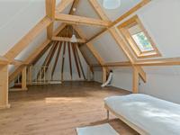 De verdieping geeft u als nieuwe bewoner nog volop mogelijkheden om deze naar eigen wens in te delen en te gaan gebruiken. Momenteel is er een grote open ruimte - kamer met een laminaatvloer en twee dakvensters. <BR>Daarachter is de logeer- slaapkamer gesitueerd met eveneens een laminaatvloer en een dakvenster. Doordat er geen plafonds zijn ingehangen ervaart u de hele hoogte tot aan de nok waarbij de houten spanten mooi uitspringen omdat de wand en plafondafwerking verder licht is gehouden.<BR><BR>Voor de benodigde opslag van spullen is er een zolderkamer aanwezig en hier is ook de cv combi ketel opgesteld.