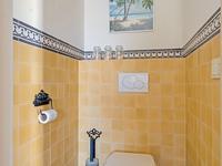 1e Verdieping:<BR><BR>De overloop met een apart toilet heeft een houten vloer en biedt toegang tot 4 slaapkamers, de badkamer en middels de vlizotrap tot de zolder.