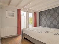 Alle 4 de kamers zijn uitgevoerd met een houten vloer, geschilderde wanden en een balkenplafond. De ouderslaapkamer ligt aan de achterzijde en heeft een grote kastenwand en openslaande deuren naar het ruime dakterras.