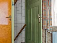Vanuit de keuken heeft u toegang tot een inbouwkast en de verdiepte, praktische kelder.