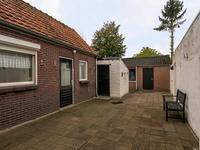 Bestrate patiotuin nabij de achterdeur en de aangebouwde berging. <BR>Achter de garage ligt de ruime achtertuin voorzien van gazon en beplanting.