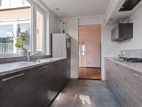 In het verleden is de woning ter plaatse van de keuken uitgebouwd.<BR>Er is een moderne inrichting aanwezig met 2 x een wandopstelling voorzien van meerdere ladenkasten, een aanrechtblad met spoelbak, een close-in boiler, een 5-pits gaskookplaat met afzuigkap, een koelkast, een vaatwasser en een combi-oven.