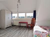 Tweede verdieping:<BR><BR>Via een vaste trap is er toegang tot de tweede verdieping welke voorzien is van een doorlopende laminaat vloer.<BR>Deze ruimte is op dit moment opgesplitst in een voorzolder met volop bergruimte en de opstelling van de CV-apparatuur (Remeha 2015) en een 4e slaapkamer. Deze slaapkamer beschikt over een grote dakkapel, stucwerk wanden en plafond en bergruimte onder de dakschuinte.