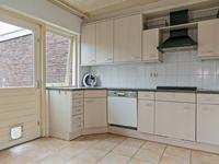 Vanuit de hal komt u binnen in de open keuken. De tegelvloer loopt vanuit de hal in keuken en woonkamer door. <BR>De MDF keuken inrichting is een hoekopstelling geplaatst en voorzien van een gaskookplaat, afzuigkap, koelkast en vaatwasser.