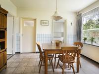 De eetkamer - keuken is voorzien van een tegelvloer, deels betegelde wanden en een verdiepte kelderkast. <BR>In de eetkamer is ruimte voor een goede tafel en aansluitend in de kooknis treft u de gemoderniseerde keuken in een hoekopstelling aan met een granieten aanrechtblad. Verder is de keuken uitgevoerd met een koelkast, inductiekookplaat, vaatwasser en oven.