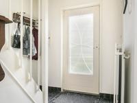 Indeling:<BR><BR>Middels de netjes aangelegde voortuin komt u bij de voordeur of via de oprit achterom. <BR><BR>Begane grond: <BR>Lichte entree met tegelvloer, meterkast en trapopgang naar eerste verdieping.