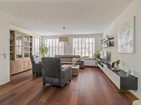 Als u in de woonkamer komt valt gelijk op hoe heerlijk de lichtinval hier is en hoe ruimtelijk de kamer van opzet is.<BR>De woonkamer heeft diezelfde houtenvloer, een inbouwkast en gladde schuurwerk wanden en plafond.