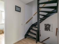 1e Verdieping:<BR>Vanuit de overloop met laminaat heeft u toegang tot 3 slaapkamers en de 1e badkamer.