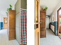 Geheel betegelde, praktische bijkeuken met aansluiting voor de wasapparatuur en extra kastruimte. In deze bijkeuken bevindt zich ook het betegelde toilet met fonteintje en een doucheruimte met wastafel.
