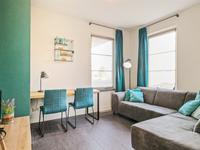 Via een schuifdeur is een extra kamer te bereiken welke aan de voorzijde is gelegen en welke kan dienen als werk-, speel-, of slaapkamer.