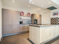 De keuken is voorzien van een grote koelkast, hetelucht/stoomoven, inductiekookplaat, afzuigkap en vaatwasser (2019).