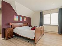 De overloop en de 4 ruime slaapkamers zijn voorzien van een fraaie PVC-vloer en spachtelputz wanden en stucwerk plafond. De ouderslaapkamer is voorzien van een inloopkast.