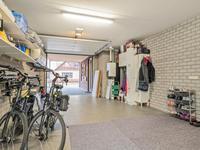 De inpandige garage is netjes afgewerkt en voorzien van een tegelvloer met vloerverwarming.