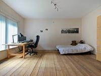 Op de begane grond bevinden zich twee ruime slaapkamers voorzien van een grenen planken vloer, waarvan een slaapkamer met eigen, volledig betegelde badkamer, met daarin een ligbad, toilet, bidet, 2 wastafels en schuifkastenwand.