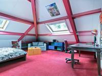 Ruime slaapkamer voorzien van twee Velux vensters met toegang tot bergruimte met de opstelling van de c.v.-installatie (Intergas) en warmtewisselaar voor luchtverwarming en een WTW installatie.