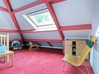 Slaapkamer voorzien van een Velux venster.