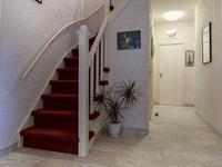 Begane grond:<BR><BR>Via een overdekte entree is er toegang tot een portaal voorzien van een doorlopende natuurstenen vloer met de meterkast en een garderobekast. Aansluitend een ruime hal welke toegang biedt tot diverse ruimtes.