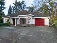 Inpandige garage voorzien van een tegelvloer, openslaande houten deuren en een praktische bergzolder. Aansluitend een aparte berging met achterdeur.