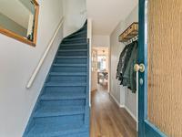 Indeling:<BR>Hal met laminaatvloer, stucwerk wanden en plafond, toegang tot de meterskast en trapopgang met vloerbedekking naar de eerste verdieping. Netjes deels betegeld toilet.