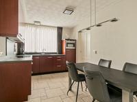 De keuken beschikt over een in een hoek opgestelde inrichting met volop kastruimte en diverse inbouwapparatuur. Er is een granieten werkblad, 5-pits inductiekookplaat, afzuigkap, vaatwasser (Miele), koelkast, combi-oven en een close-in boiler. Vanuit de keuken is er toegang tot de kelder, de woonkamer en de bijkeuken.