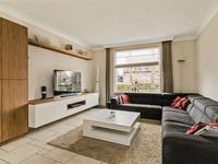 De woonkamer is voorzien van spachtelputz wanden en stucwerk plafond. Er is voldoende plek voor een fijne zithoek en (bijvoorbeeld) een 6-persoons eethoek.
