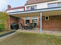 In 2012 is een fraaie terrasoverkapping met lichtstraat aan de woning aangebouwd.<BR>Hierdoor kan zowel in het voor- als najaar nog lekker van de tuin genoten worden; in de zomer biedt de overkapping extra schaduw.