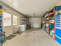 Ruime, in spouw gebouwde garage met elektrisch bedienbare deur. De garage is volledig geïsoleerd en is voorzien van een tegelvloer, openslaande tuindeuren, een geheel betegelde toiletruimte met fonteintje en een ruime bergzolder welke bereikbaar is via een vlizotrap.