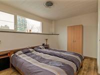 De kamer aan de achterzijde biedt veel ruimte door de dakopbouw en beschikt over een schuifkasten wand.