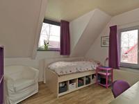 Aan de linkerzijde zijn er 2 slaapkamers; 1 aan de voor- en 1 aan de achterzijde. <BR>De kamer aan de voorzijde beschikt over een inbouwkast en een dakkapel.