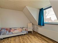 Aan de rechter (voor-)zijde van de woning is een 3e slaapkamer gesitueerd voorzien van een dakkapel.<BR><BR>Alle slaapkamers zijn voorzien van stucwerk wanden en airco. De slaapkamers aan de linkerzijde zijn voorzien van rolluiken.