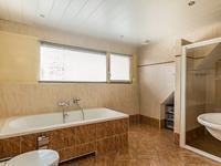 De badkamer is luxe en beschikt over veel ruimte door de dakopbouw!<BR>Er is een douche geplaatst maar ook een duo-ligbad, een toilet en dubbele wastafels ontbreken hier niet.<BR>Het geheel maakt een verzorgde indruk!
