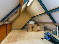 Tweede verdieping:<BR><BR>Bereikbaar via een vaste trap. Riante zolder met de opstelling van de c.v.-installatie (Nefit), bergruimte onder de schuinte van het dak en twee Velux vensters. Hier is een goede mogelijkheid om een 4e of zelfs een 5e slaapkamer te realiseren.