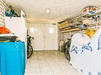 Buiten de woning:<BR>Inpandige garage met tegelvloer. Aangebouwde stenen berging. Aan de achterzijde van de woning bevindt zich een overstek.