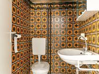Separaat toilet voorzien van een wastafel.<BR><BR>Tweede verdieping:<BR><BR>Ruime bergzolder voorzien van de opstelling c.v. ketel (Nefit +/- 1995).