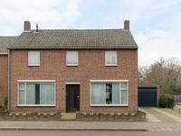 BUITEN:<BR><BR>Aan de voorzijde van het huis bevindt zich een aangelegde voortuin en een oprit die via een poort toegang biedt naar de achtertuin.
