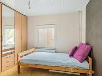 De overige slaapkamers hebben een novilon vloer en een schroten plafond.