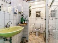 Hier is tevens een royaal toilet opgesteld. <BR>Voor de mogelijkheden van het werken aan huis attenderen wij u op het huidige bestemmingsplan.