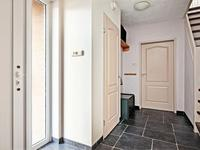 Indeling begane grond:<BR>Hal met stucwerk wanden, meterkast en trapopgang naar de verdieping. In de hal bevindt zich ook het geheel betegelde royale toilet met spuitwerk plafond en fonteintje. Via de hal is ook de ruime garage inpandig te bereiken.