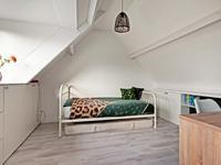 Indeling 2e verdieping:<BR>Via vaste trap bereikbaar grote zolderkamer met betonnen verdiepingsvloer. Eventueel zouden dit 2 slaapkamers kunnen worden of een extra kantoorruimte. De zolder heeft een grote dakkapel met geïntegreerde rolluiken.
