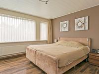 De volledige verdieping is voorzien van een laminaatvloer, spuitwerk wanden en een MDF plafond.