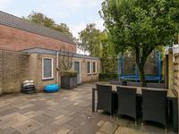 Toegang tot de vrijstaande garage met een plat dak (deze zal vervangen moeten worden) welke momenteel is opgedeeld in twee ruimtes.