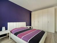 De slaapkamers zijn ruim van opzet en allen afgewerkt met dezelfde laminaatvloer, schuurwerk wanden en plafond.