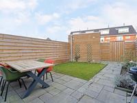 Buiten de woning: <BR>De achtertuin is via een achterompad te bereiken en afsluitbaar met een poort. De tuin is netjes aangelegd met bestrating, gras en een plantenborder. In de tuin bevindt zich een houten (fietsen)berging.