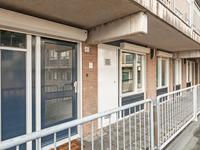1e verdieping:<BR>De galerij aan de achterzijde van het pand biedt toegang tot het appartement en de meterkast. De voordeur is voorzien van een rolluik.