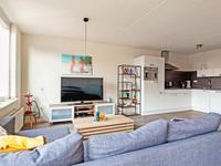 De gezellige woonkamer kijkt uit over de levendige Markt van Bladel en is voorzien van een laminaatvloer.
