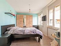 Aan de hal liggen tevens de 2 slaapkamers. Deze zijn beide afgewerkt met een laminaatvloer en de grootste slaapkamer (gelegen aan de kant van de galerij) is voorzien van een rolluik.