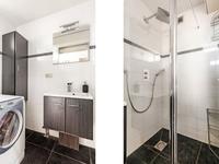 De badkamer is geheel betegeld (2010) en voorzien van een douche, wastafel en wasmachine-aansluiting.